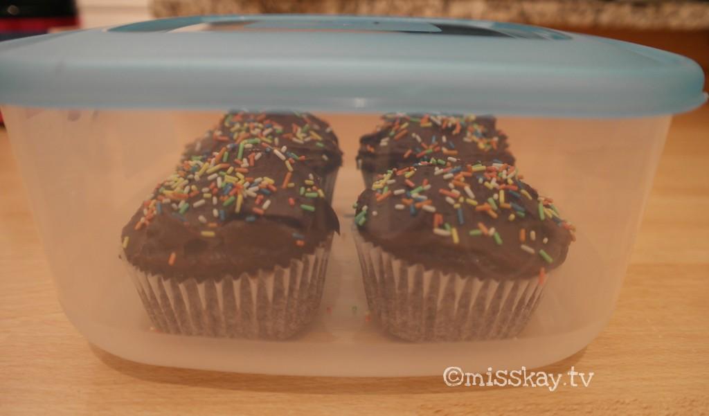 Kleiner Tipp: Die Cupcakes lassen sich sehr gut einfrieren, was sehr praktisch in Anbetracht der Menge ist. Einfach seperat einfrieren und beim nächsten Gelüste ganz kurz in der Mikrowelle auftauen lassen.